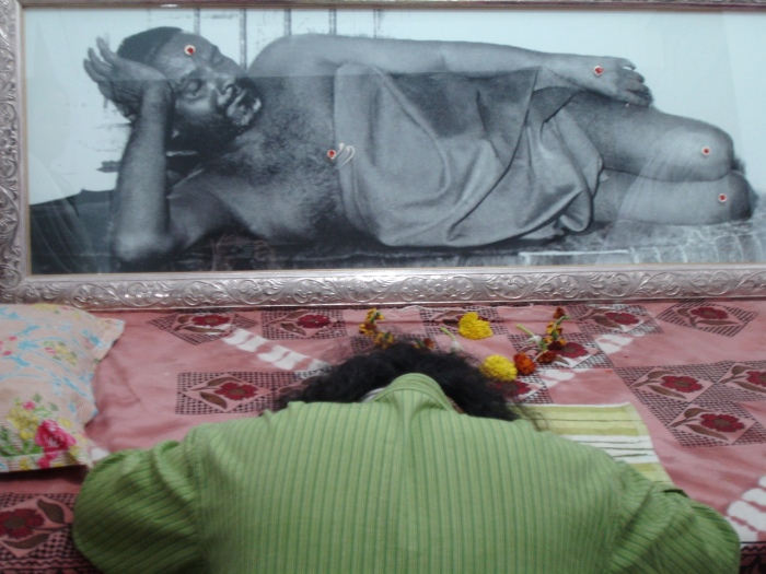 Bowing to Nithyananda 2