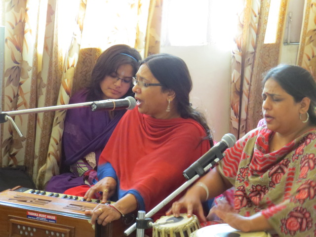 10. A  live bhajan presentation by the singers Vandana Tiwari and Rachna Bakshi......