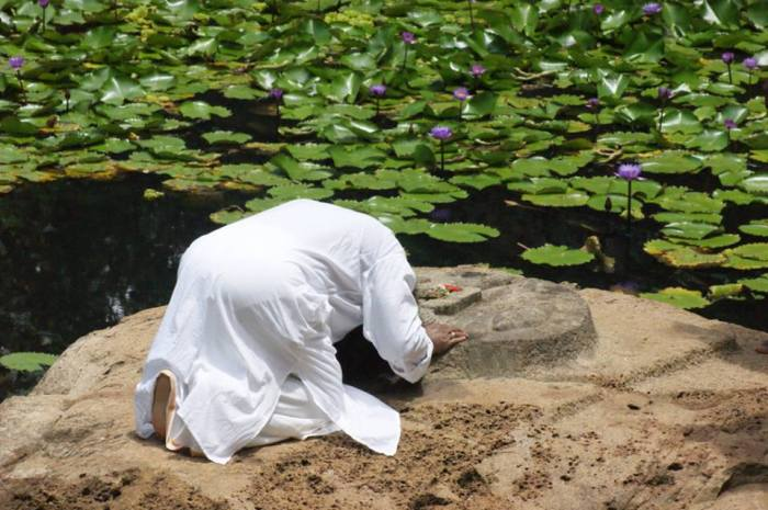 Mohanji prostrating at the Lord Vishnu