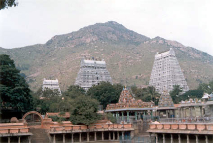 The main temple gopuram against the backdrop of the Arunachala hilltop
