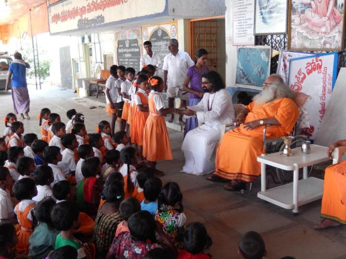 Mohanji giving away awards to the school children at the Vithal Babaji's ashram.