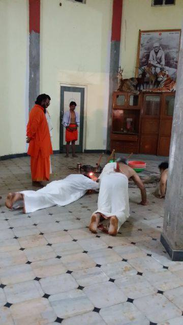 Mohanji prostrating at the Samadhi place before the digging started. Mohanji also performed the pooja during Brahma Muhurta.and initiated the digging of the Samadhi on the 19th of July.