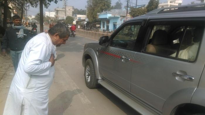 10-Kabir-Samadhi-Priest expressing gratitude to Mohanji.jpg