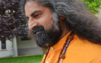 Mohanji – the smile of inner stillness, the speed of a storm
