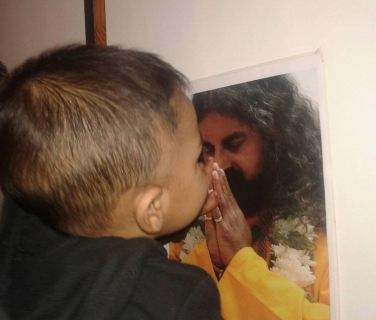 Baby Ariv goes to touch, kiss and hug Mohanji's photo (2)