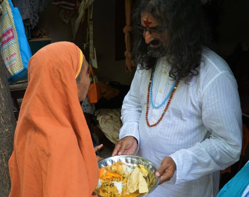 Mohanji_giving_food
