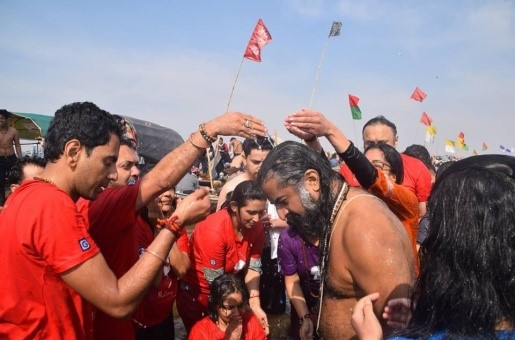 Mohanji Chronicles Blog - A Dip At The Kumbh Mela - Freedom From A Bond - Abhishekam of Mohanji by the participants of the Kumbh Mela with Mohanji pilgrimage in Prayagraj