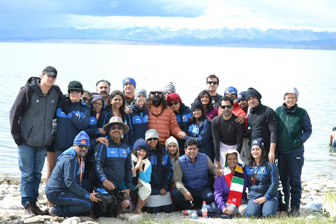 Mohanji_with_devotees_infront of Manasarovar