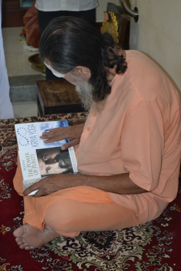 mohanjichronicles-Gopal Krishna Baba checking Mohanji books