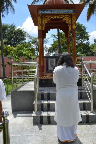 mohanjichronicles-Gopal Krishna Baba - Mohanji visiting Gopal Krishna Babas Parents Samadhi